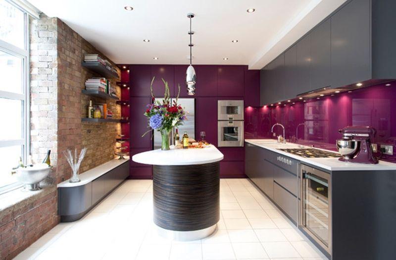 Cozinha planejada preta e roxa.