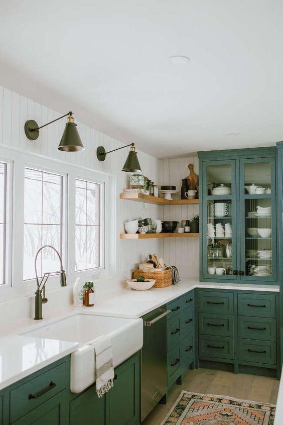 cozinha com arandelas e marcenaria azul