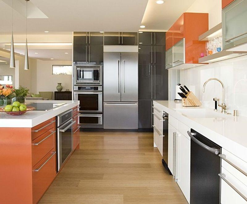 Decoração com armários laranja, preto e branco.