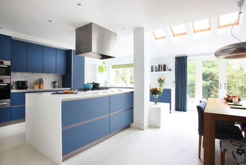 Cozinha planejada moderna com armários azuis