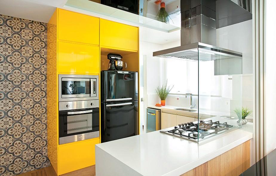 Cozinha planejada amarela.