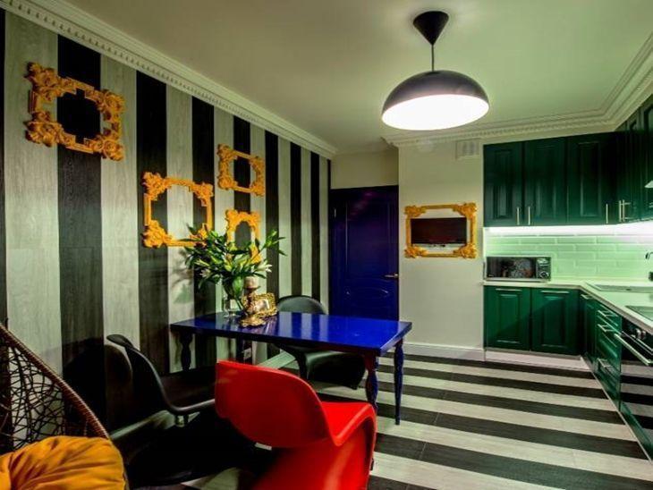 Cozinha planejada colorida.