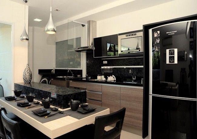 Decoração com geladeira preta.