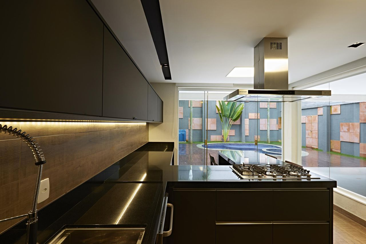 Cozinha planejada preta e moderna.