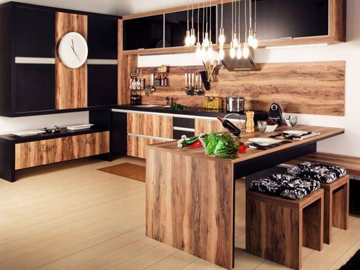 Decoração luxuosa com armário com acabamento de madeira e lustre moderno.