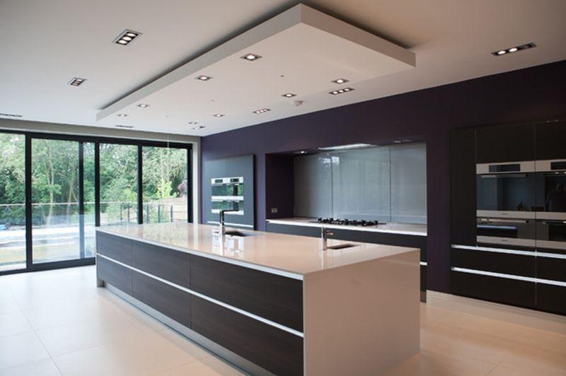 Decoração com armários pretos e design moderno.