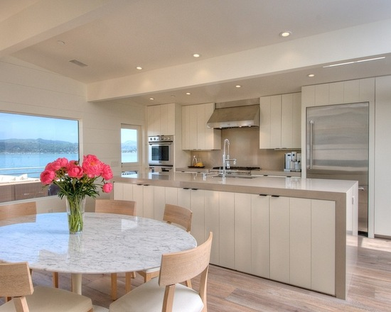 Cozinha planejada moderna com armários brancos e sofisticados.