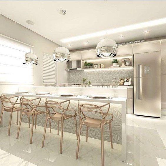 Cozinha planejado com lustres modernos e decoração luxuosa.