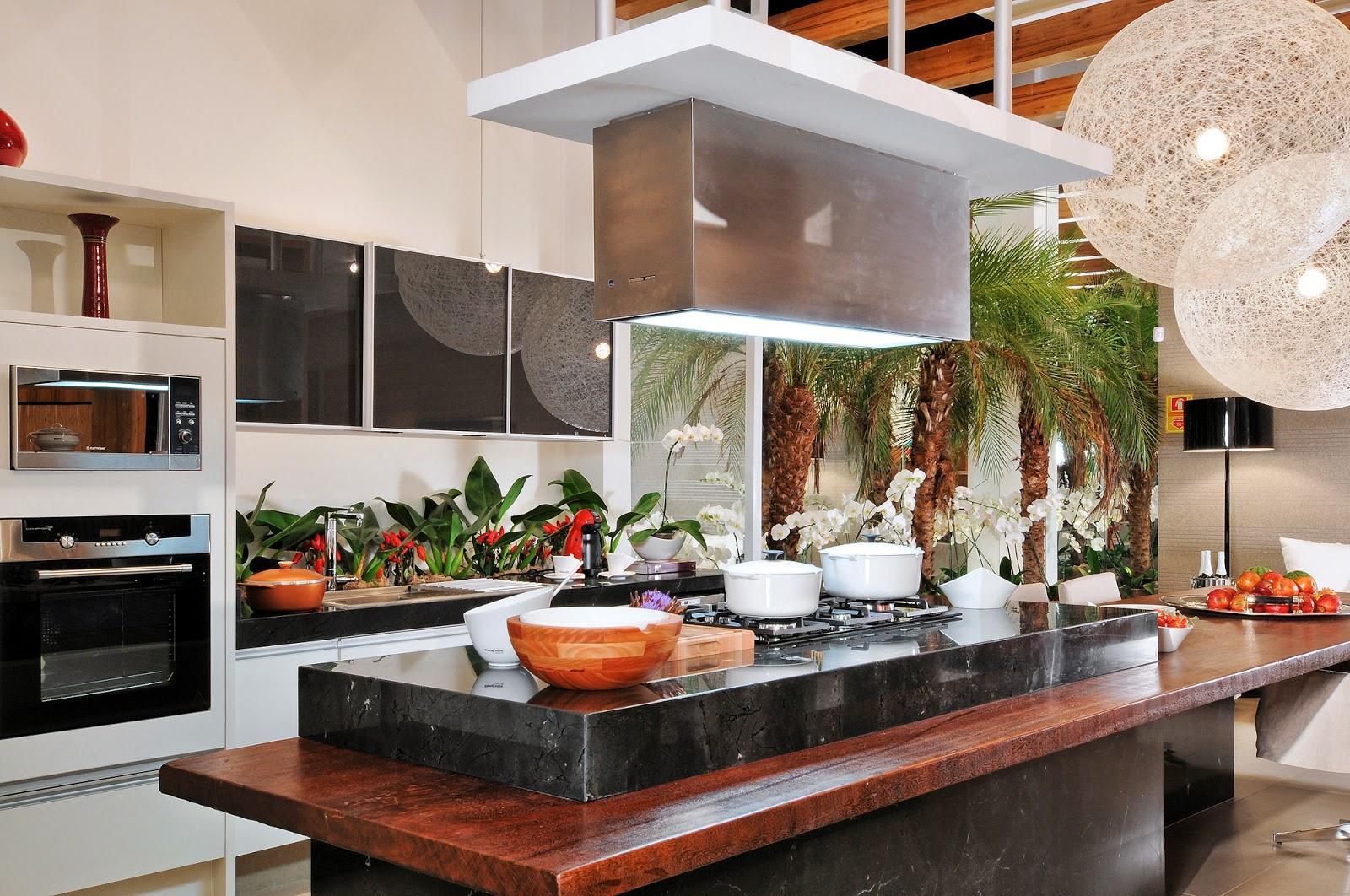 Decoração moderna com vasos de planta e bancada de madeira maciça.