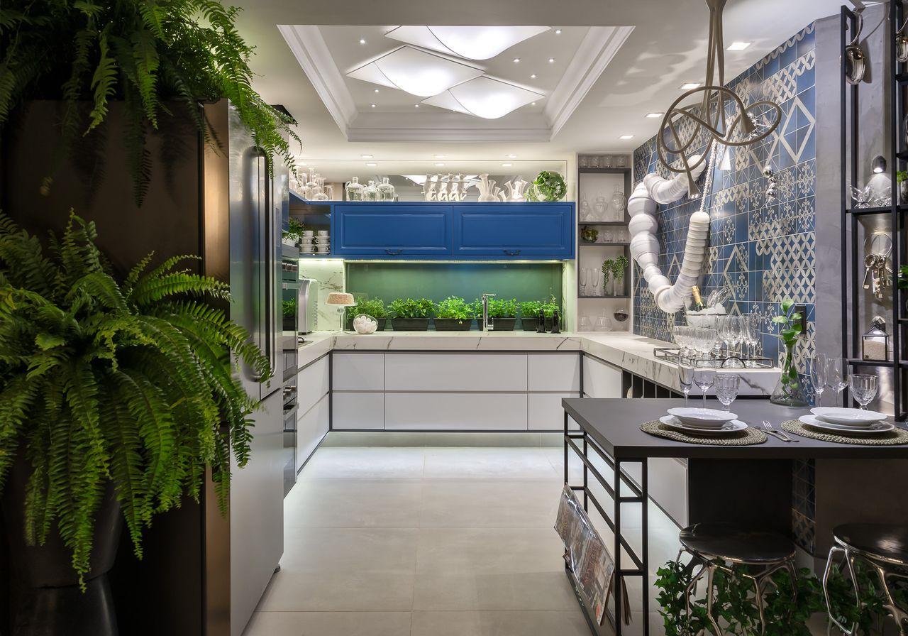 Cozinha planejada com forro de gesso decorado e fita de led.
