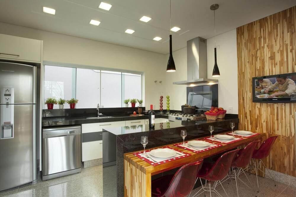 Cozinha planejada com pendentes suspensos e spots de led no forro.