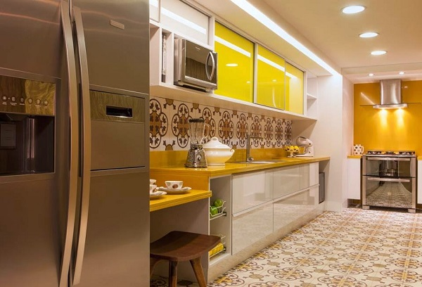 Cozinha planejada moderna com decoração amarela.