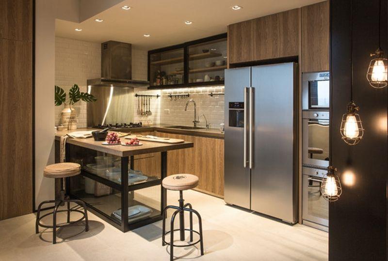Cozinha planejada com armários de madeira e bancada.