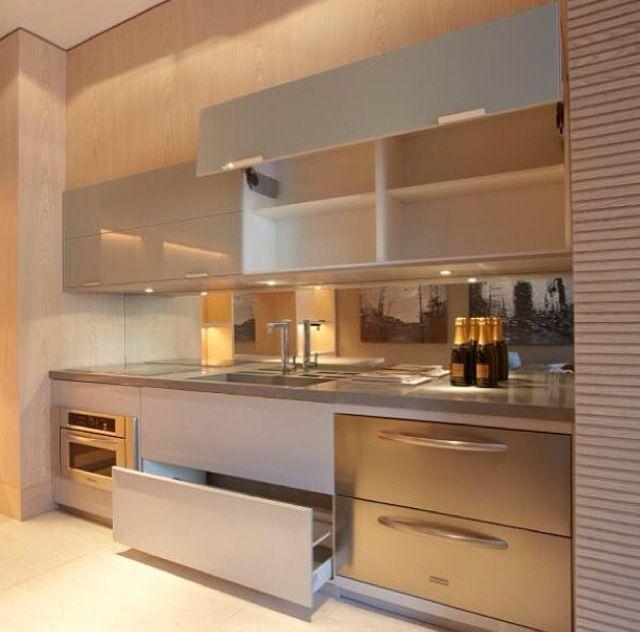 Cozinha planejada decorada com spots de luz.