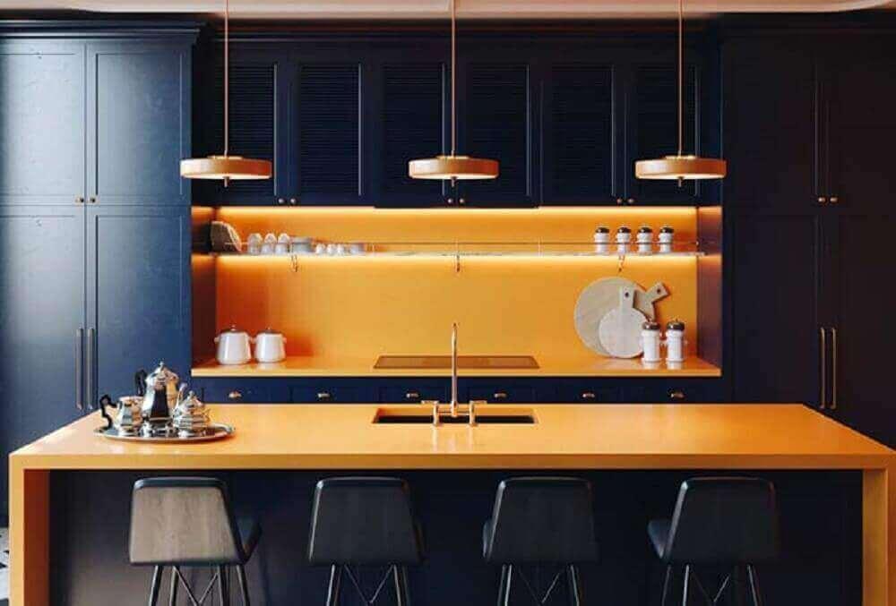 Decoração com armário preto e bancada laranja.