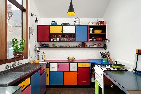 Decoração com armários coloridos.
