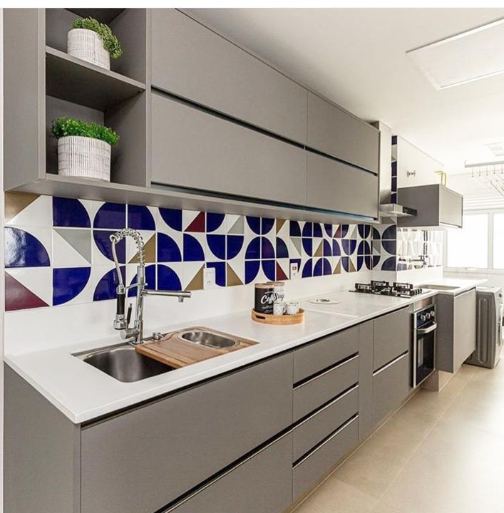 Decoração com azulejo colorido com estampa geométrica.