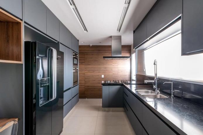 Decoração cinza com armário moderno.