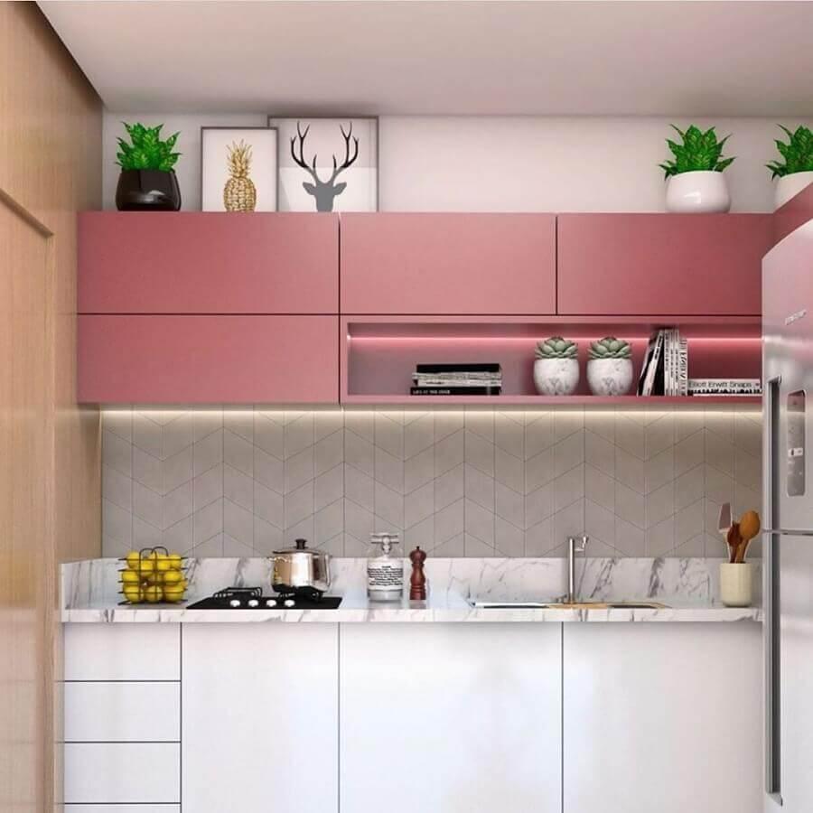 Decoração com armário rosa iluminado com fita de led.