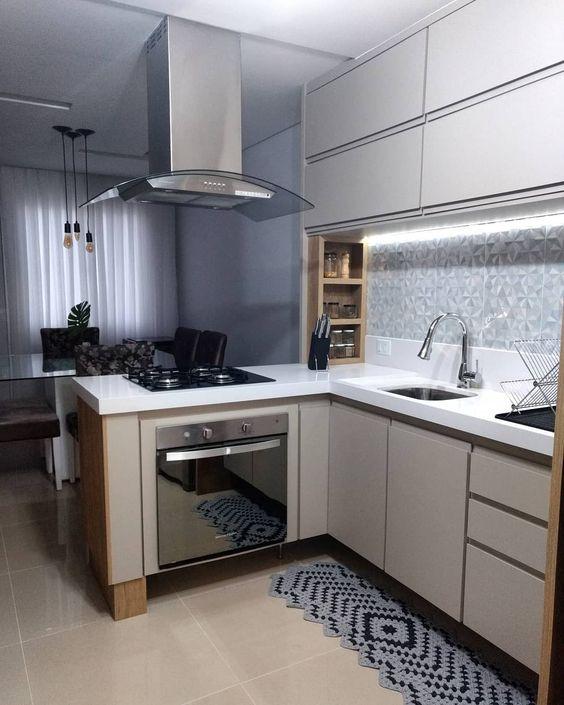 cozinha em L integrada com a sala de jantar.