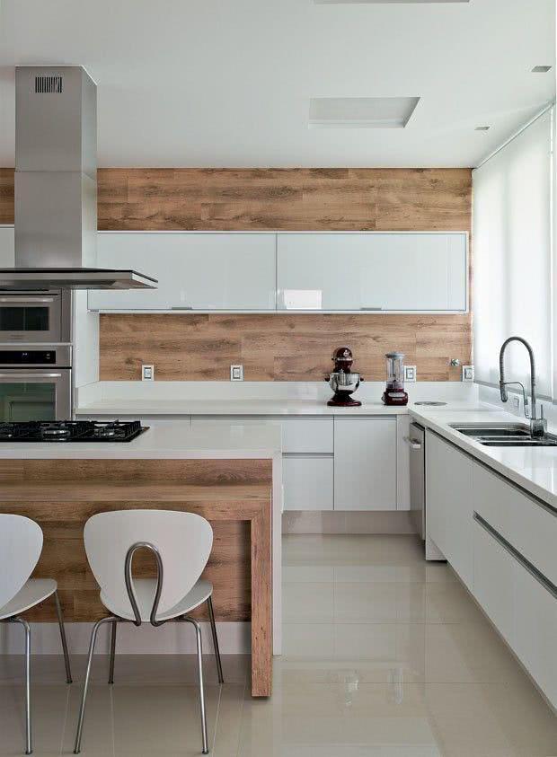 cozinha moderna com painel de madeira e marcenaria