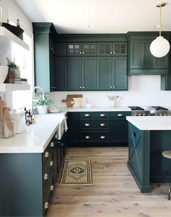 cozinha com ilha e piso de madeira rústica