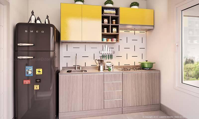 Cozinha planejada pequena com armários amarelos.