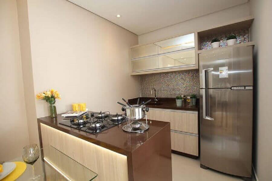 Cozinha planejada pequena com armário espelhado.