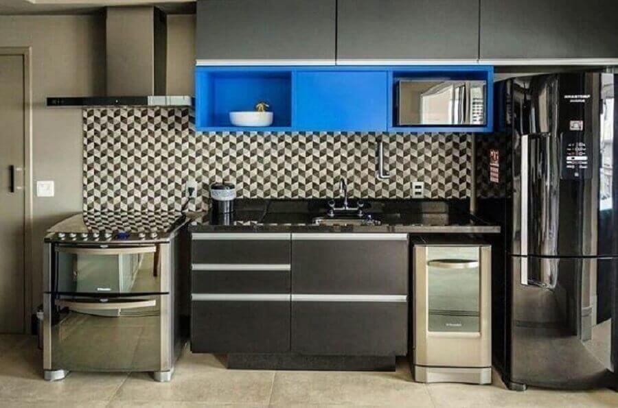 Cozinha planejado pequeno com armários escuros e nichos azuis.