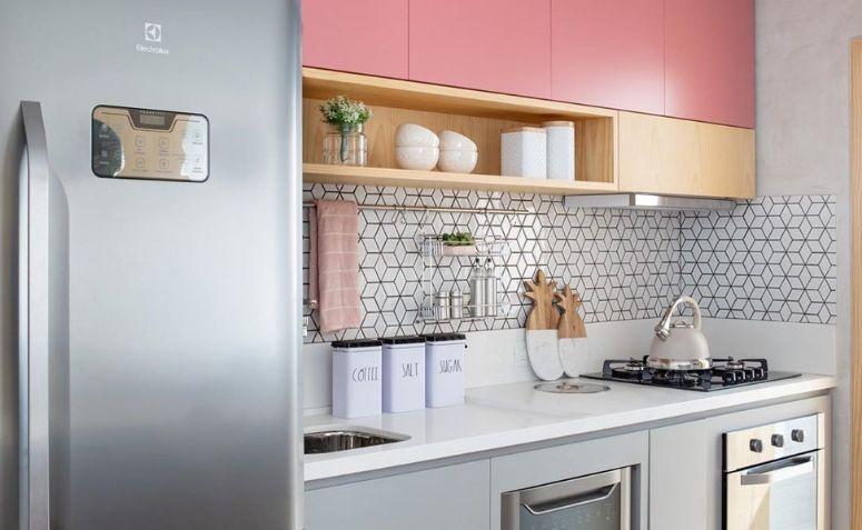 Decoração com armários rosa e azulejos geométrico.