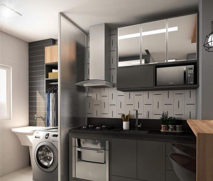 Cozinha planejada pequena com armários pretos e espelhados.