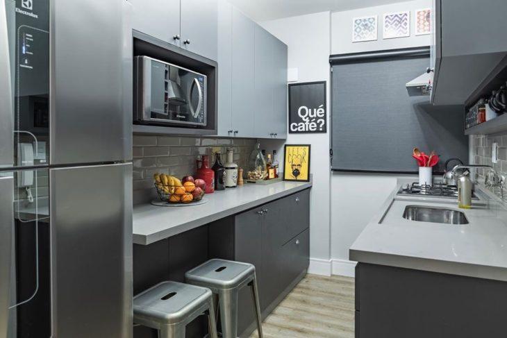 Cozinha planejada pequena moderna com armários cinza.