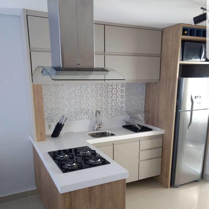 Decoração com armários neutros e cooktop.