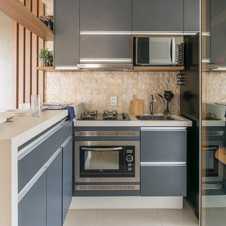 Decoração com armários cinza e azulejo de pedra.