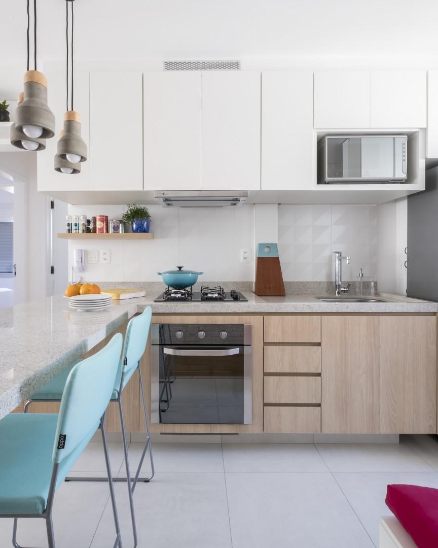 Cozinha pequena com armário branco e bancada de granito.