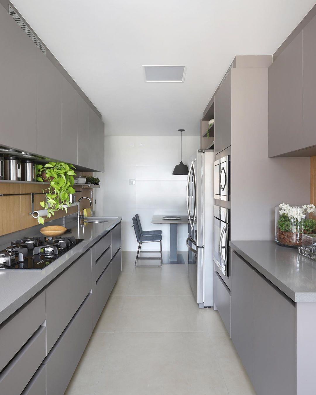 Cozinha planejada pequena com armário cinza.