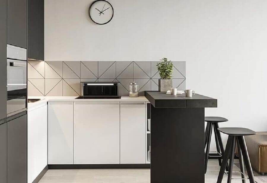 Cozinha planejada pequena com armários brancos e bancada preta.
