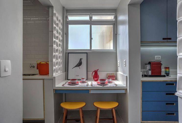 Cozinha com bancada de madeira pequena.