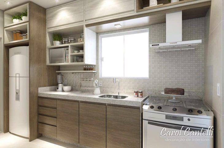 Cozinha planejada pequena com decoração em tons neutros.