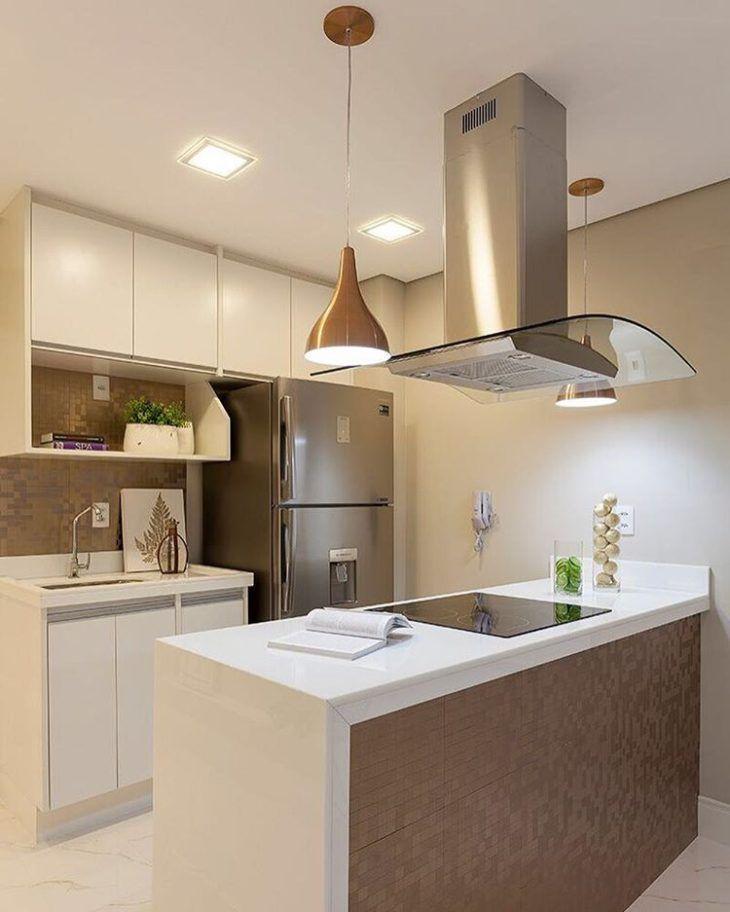 Cozinha pequena com armários brancos e pastilhas de cerâmica.