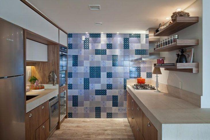 Cozinha planejada pequena com armários de madeira e azulejos coloridos.
