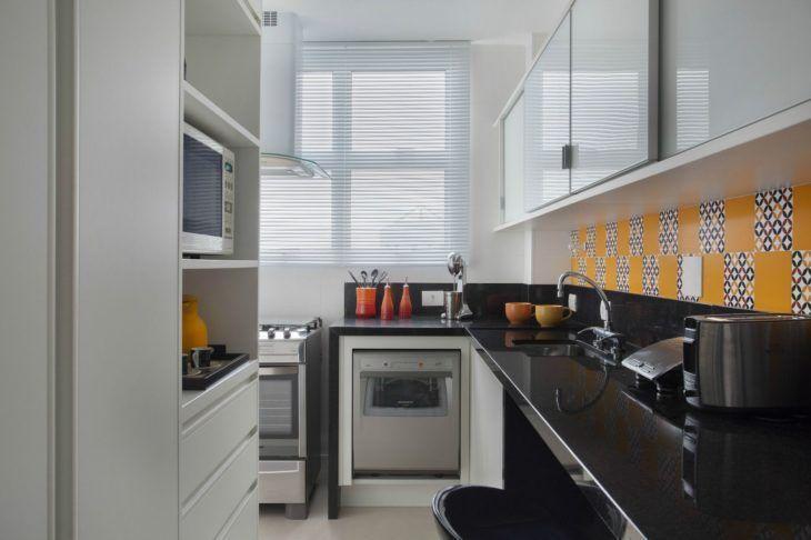 Decoração com armários simples e azulejos coloridos.