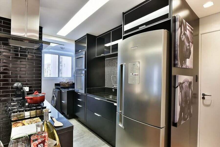 Cozinha preta pequena.