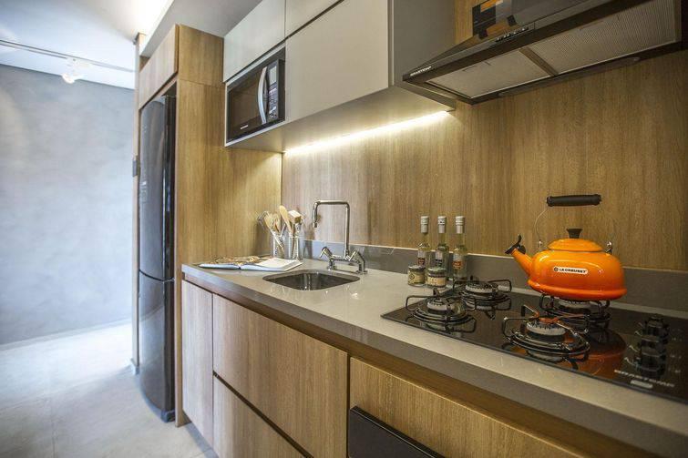 Decoração modernas com armários de madeira e cooktop.