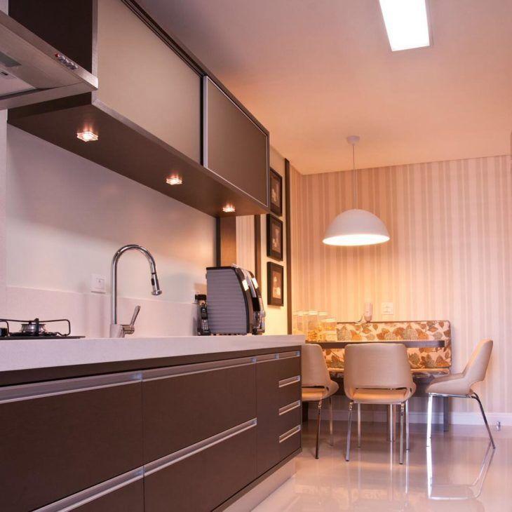 Decoração moderna com armários marrons.