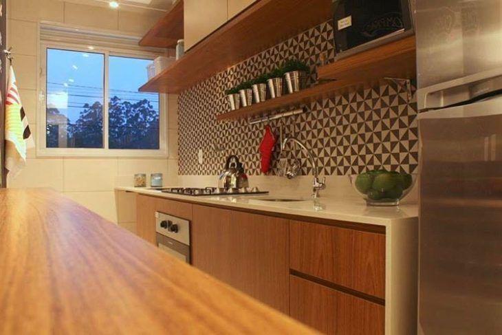 Decoração moderna com armários de madeira e azulejos decorados.