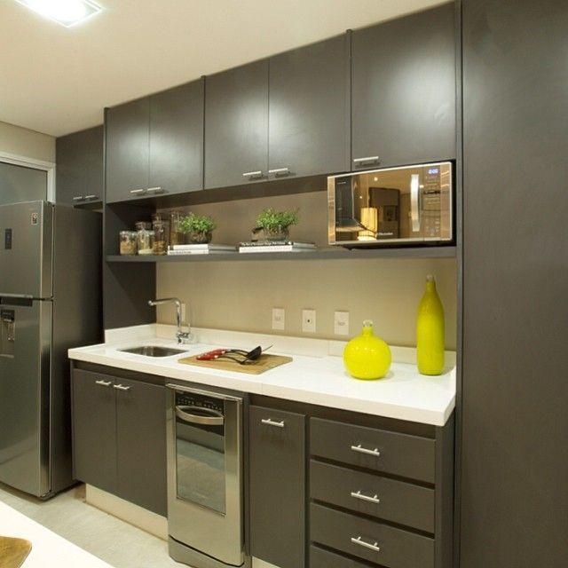Decoração moderna com armários pretos.