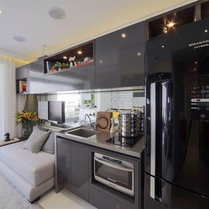 Decoração moderna com geladeira preta.