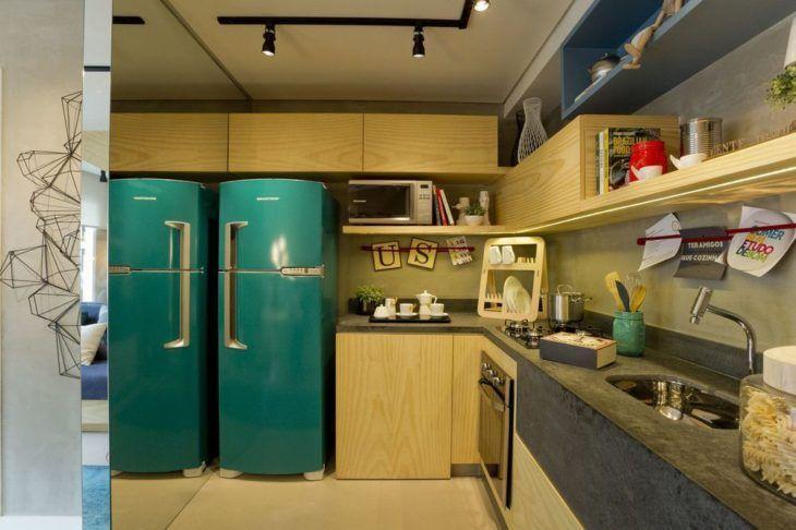 Cozinha pequena moderna com armários de madeira rústico e espelho.