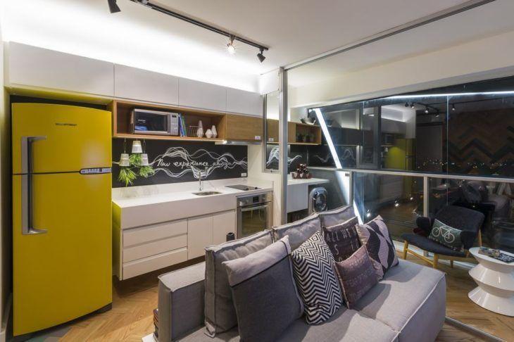 Decoração moderna com geladeira amarela.